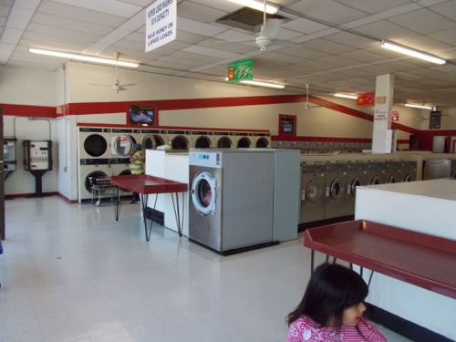 Clean and bright laundromat with plenty of machines - cleaned daily
